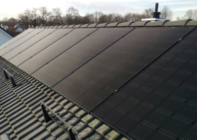 schwarze_photovoltaikmodule_dach
