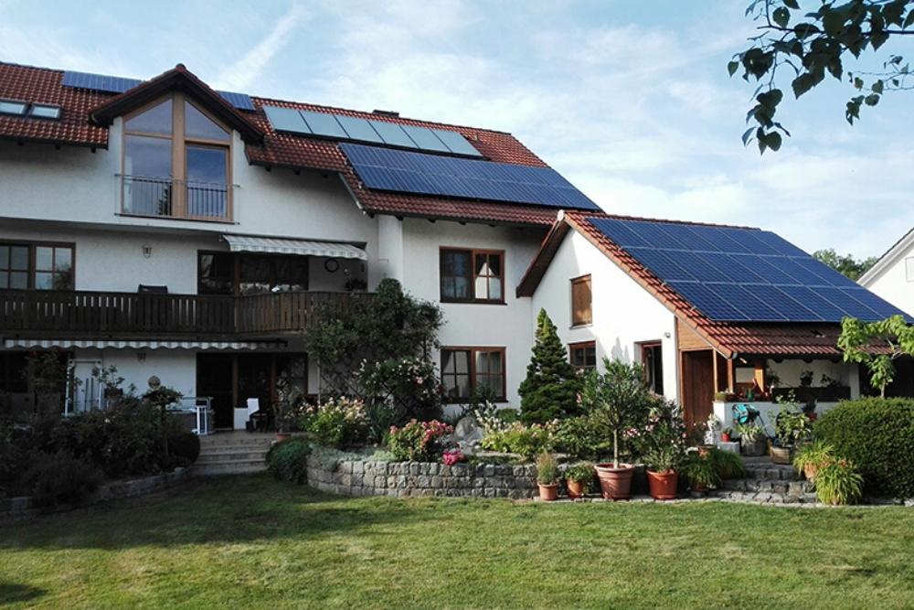 Beispielreferenz Eigenheim und Garage Solarmodule